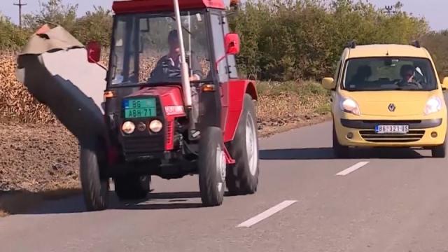 Traktoristi – pazite sebe i druge u saobraćaju!