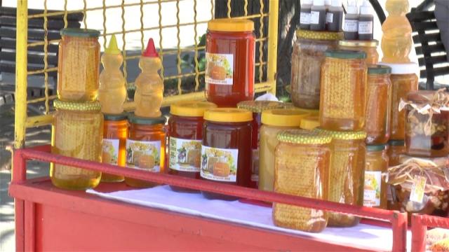 Pčelinji med vrhunskog kvaliteta na rafovima trgovina
