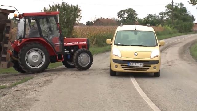 Ne davati deci da voze traktor!