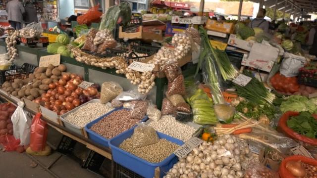 Tezge pune svežeg voća i povrća